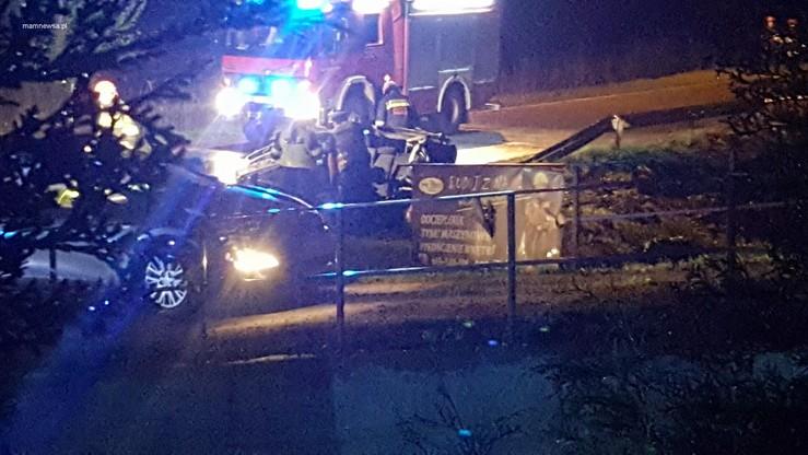 Małopolska: dwaj młodzi mężczyźni zginęli w wypadku. Auto dachowało i uderzyło w betonową barierę