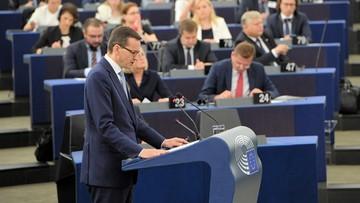 Premier Morawiecki w Parlamencie Europejskim. Przed budynkiem protest z hasłem #EuropoNieOdpuszczaj