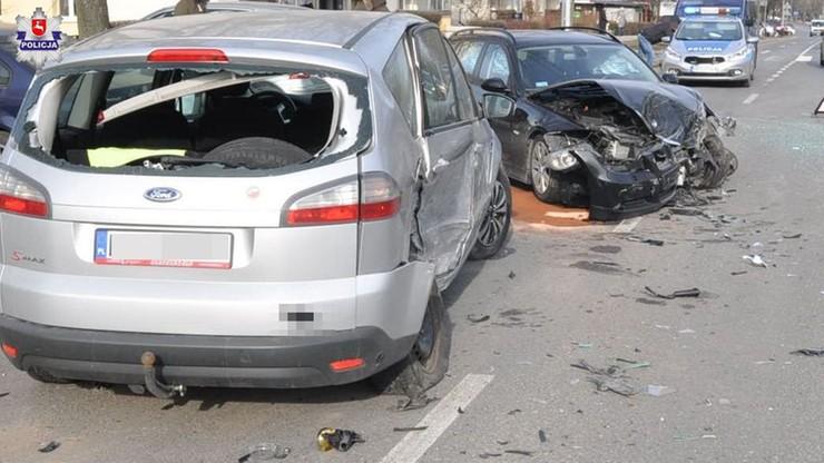 Wjechał bmw na skrzyżowanie na czerwonym świetle. Jedna osoba ranna, samochód kompletnie rozbity