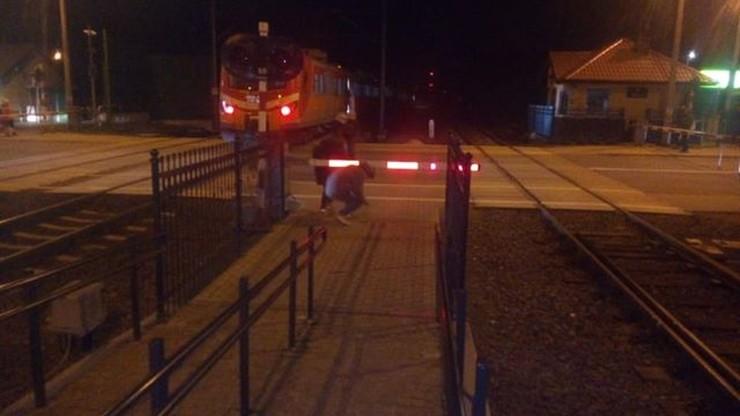 Pociąg nie wyhamował na stacji. Pasażerowie mieli wyskoczyć z wagonów
