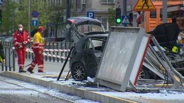Uderzył w wiatę, a ta spadła na tramwaj. Kierowca uciekł, zostawiając ranne pasażerki