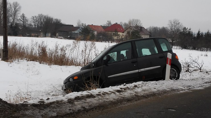 Auto w rowie w Starej Łomnicy