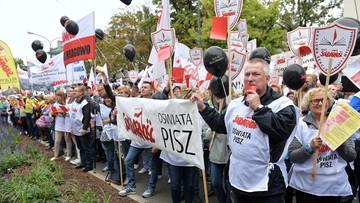 """Oświatowa """"S"""" zaprotestowała przed MEN przeciw degradacji zawodu nauczyciela"""