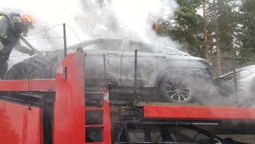 Pożar lawety przewożącej nowe samochody osobowe. Spłonęły trzy auta