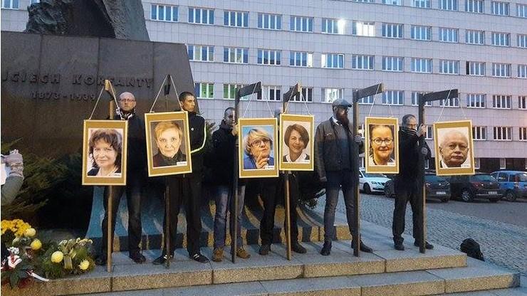 """Narodowcy zawiesili zdjęcia europosłów PO na """"szubienicach"""". Za """"szkalowanie kraju na arenie międzynarodowej"""""""