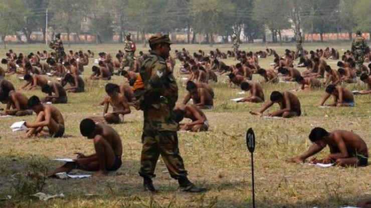 Egzamin w samej bieliźnie. Takie metody stosuje indyjskie wojsko