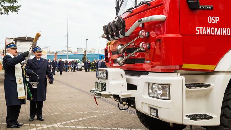 Szef MSWiA u strażaków z Przybiernowa. Przekazał im samochód ratowniczo-gaśniczy