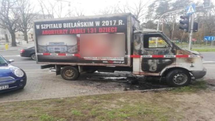 Spalona furgonetka przed Szpitalem Bielańskim