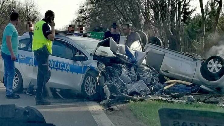 Zderzenie auta z jadącym na sygnale radiowozem. Cztery osoby ranne, w tym dwoje policjantów
