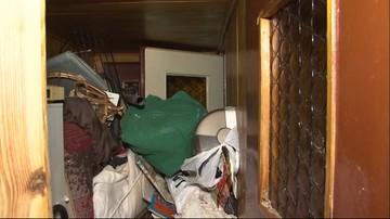 Zwłoki 70-latki przysypane stertą śmieci. Nie dało się otworzyć drzwi do jej mieszkania