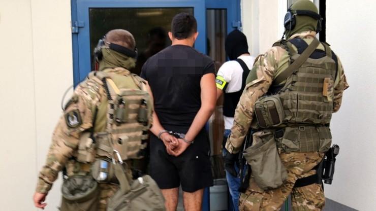 Grupa handlująca narkotykami rozbita. Przestępcy byli brutalni, grozili klientom maczetami