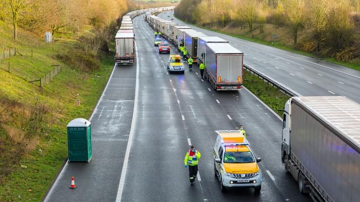 Kierowcy utknęli na granicy. Okoliczni mieszkańcy organizują pomoc