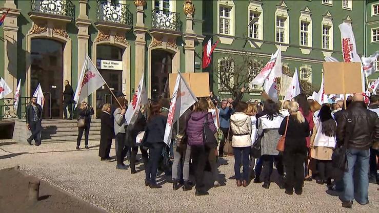 """""""Ciężka praca - niska płaca"""". Pikieta przed szczecińskim magistratem. """"Solidarność"""" żąda podwyżek"""