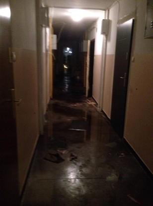 W czasie akcji gaśniczej zalany został korytarz na VII piętrze, woda zalała także korytarz na parterze.