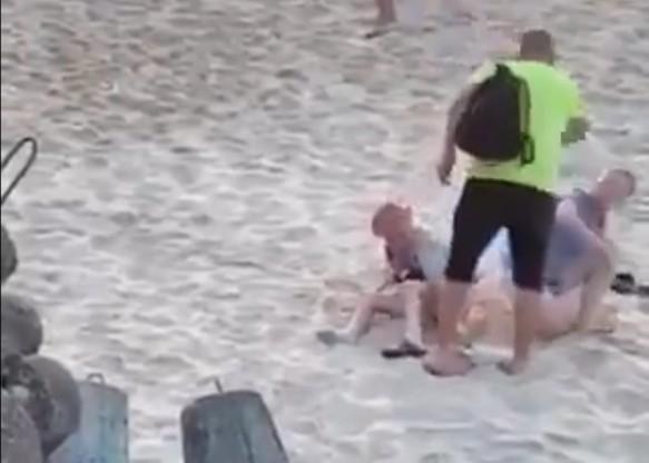 Moment interwencji mężczyzny u pary, która uprawiała seks na plaży