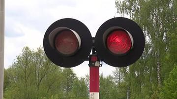 Zamknięte rogatki i czerwone światło. 29-latek wjechał wprost pod pociąg