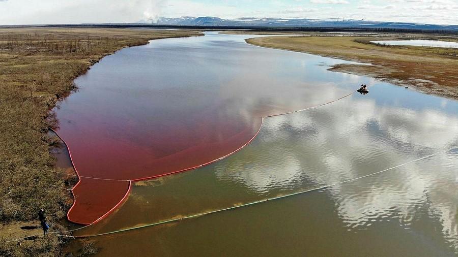 Skażona rzeka Ambarnaja w rejonie Norylska w Rosji. Fot. Marine Rescue Service.