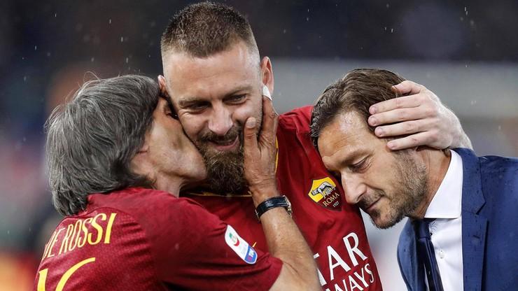 Perfekcyjny kamuflaż legendy Romy podczas derbów Rzymu. Byłemu piłkarzowi przybyło... 20 lat (WIDEO)
