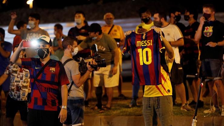 """""""Kochamy Cię"""". Setki kibiców proszą Messiego, by został w klubie"""