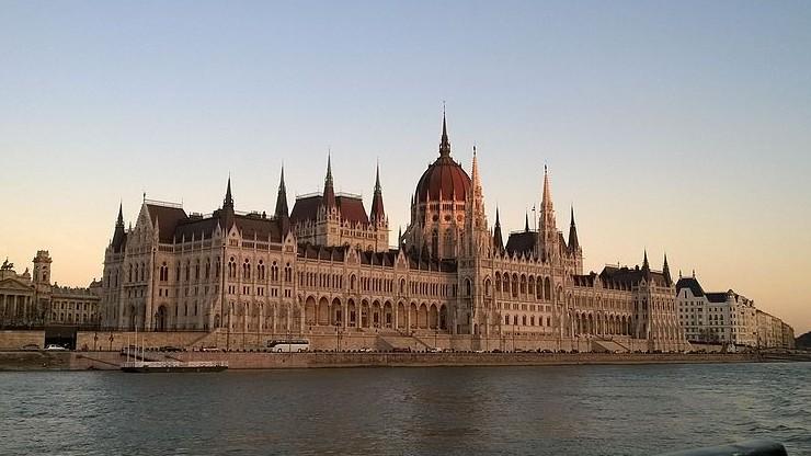 """Parlament węgierski przyjął rezolucję o """"poparciu Polski wobec presji Brukseli"""""""