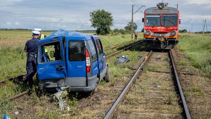 Opolskie. Samochód osobowy wjechał wprost pod pociąg