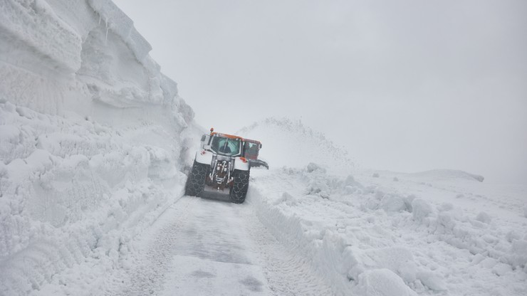 Tunele w śniegu. Atak zimy w maju [ZDJĘCIA]