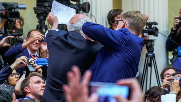 Amerykański aktywista wyprowadzony z sali przed konferencją Trumpa i Putina