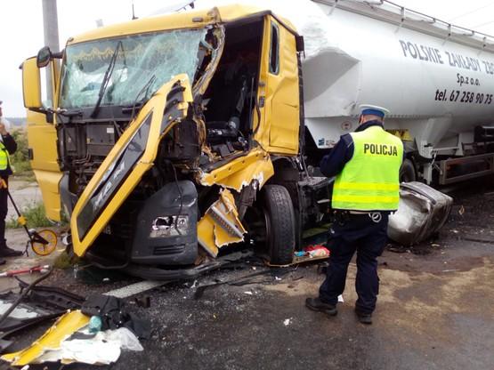 Ciężarówki zderzyły się niemal czołowo