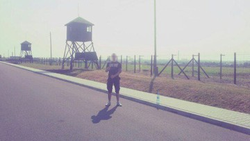 Pozował na tle obozu na Majdanku w koszulce z Hitlerem. Odpowie za propagowanie faszyzmu
