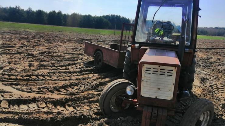 Mazowieckie. 80-latek wypadł z traktora. Maszyna dwukrotnie go przejechała