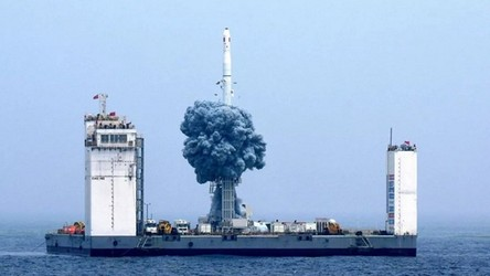 Chiny budują fabryki rakiet i morskie platformy startowe dla misji kosmicznych