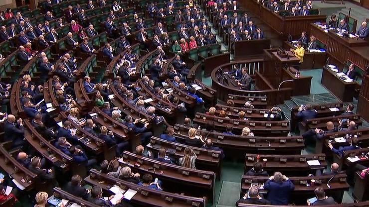 """Utrata diety za """"naruszenie powagi Sejmu lub Senatu"""". Prezydent podpisał nowelę ustawy"""