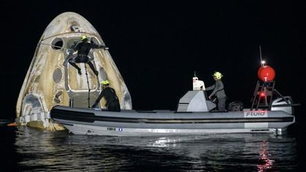 Pierwsza taka misja od 53 lat. Astronauci powrócili z orbity w nocy [WIDEO]