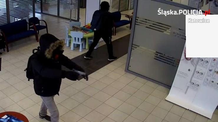 Napadli na bank w Katowicach. Policja publikuje nagranie z monitoringu
