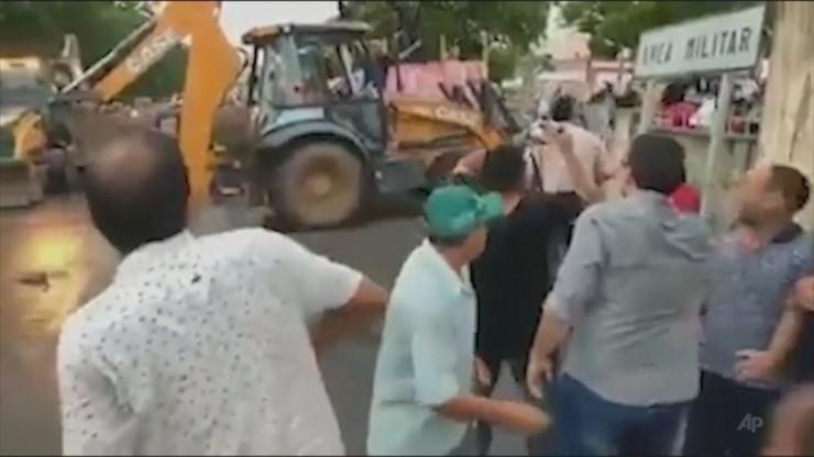 Koparką próbował rozpędzić protestujących policjantów. Senator postrzelony