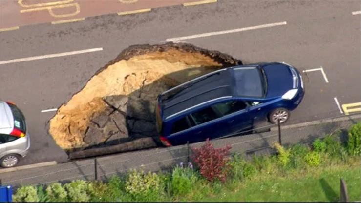 Olbrzymia dziura w jednej z londyńskich ulic. Auto zapadło się pod jezdnię