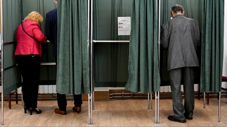 Plakaty wyborcze na aucie przewodniczącego komisji. Miał przyjechać nim do pracy