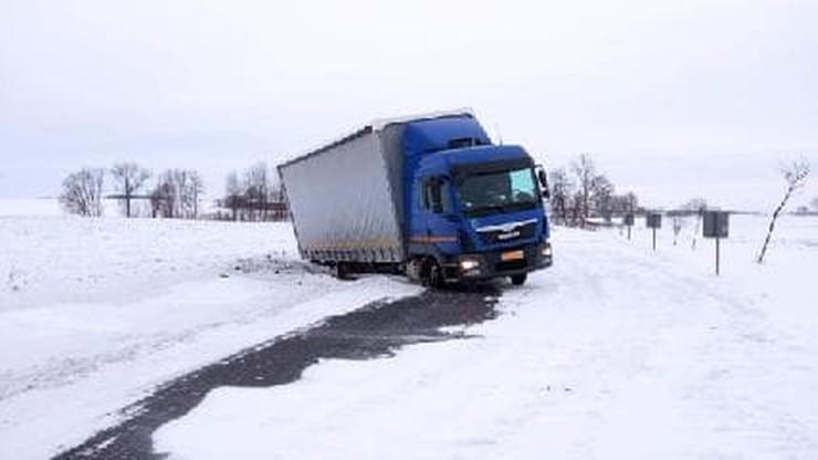 Śnieżyce w Polsce. Wypadki na drogach, brak prądu i opóźnienia na kolei