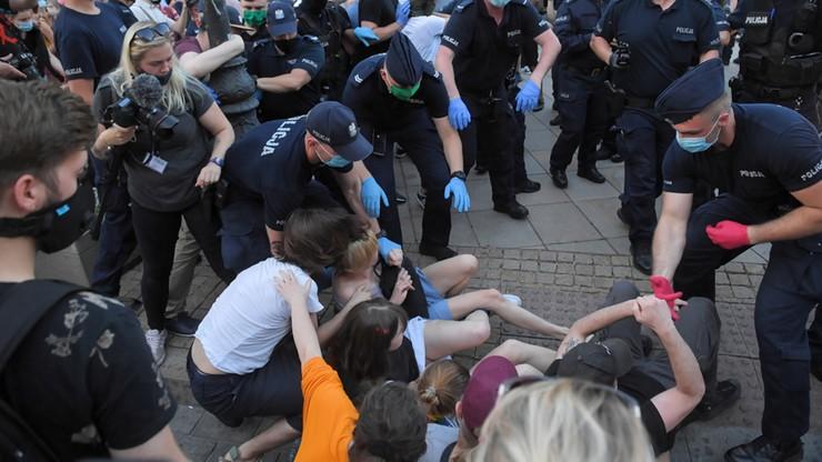 Przypadkowość, pobicia i brutalność. RPO ujawnił relacje zatrzymanych na Krakowskim Przedmieściu