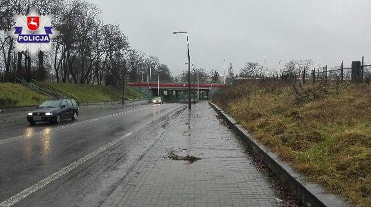 Z wiaduktu na przejeżdżający samochód spadł ciężki młot. Ranny został pasażer