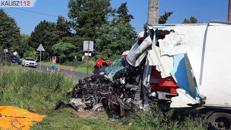 Zderzenie w Skarszewku koło Kalisza. Kierowca auta dostawczego zakleszczony