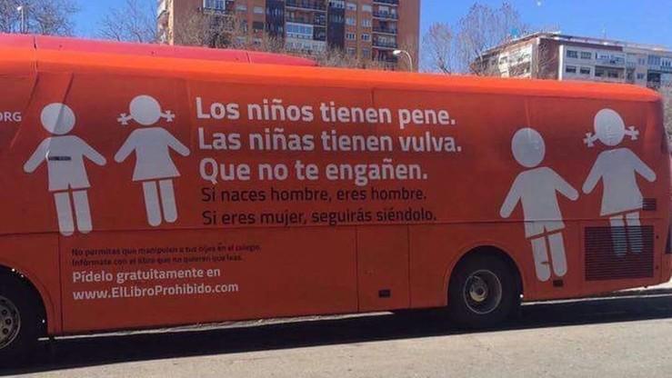 """""""Jeśli urodziłeś się mężczyzną, to nim jesteś"""". """"Autobus nienawiści"""" jeździ po Madrycie"""