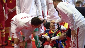 """Lewandowski przekazał opaskę kapitańską niepełnosprawnemu Frankowi. Piękny gest """"Lewego"""""""