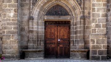 Wyrok w sprawie obrzucenia drzwi kościoła jajkami. Obraziła uczucia religijne
