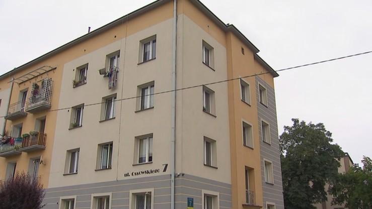 Dwulatek wypadł z okna na trzecim piętrze. Opiekun usłyszał zarzut