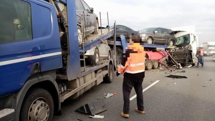 Zderzenie trzech ciężarówek na S8. Zniszczone wszystkie auta z lawety