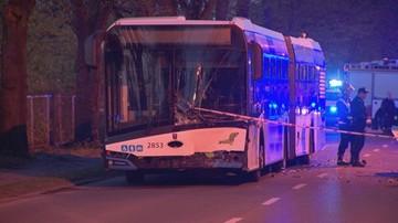 Szczecin: zderzenie autobusu z samochodem. Zginął kierowca, kilkanaście osób rannych