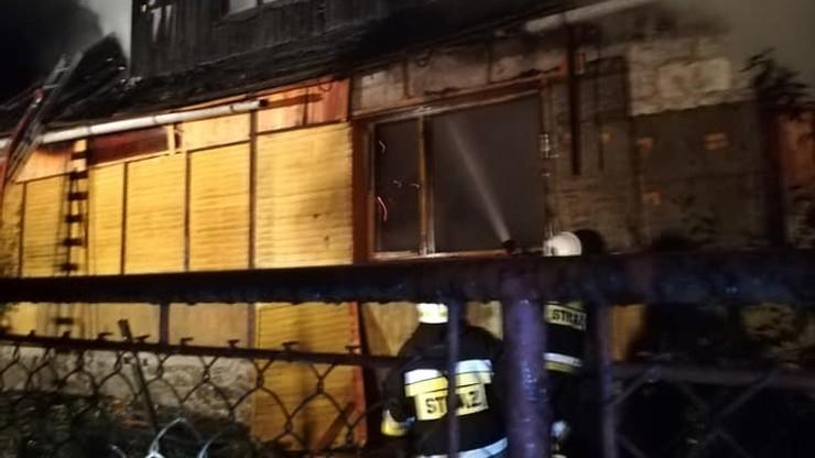 Przez okno wyciągnęli kobietę z płonącego domu