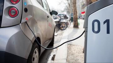 """Szereg udogodnień dla kierowców aut """"ekologicznych"""". Rząd przyjął projekt ustawy o elektromobilności i paliwach"""