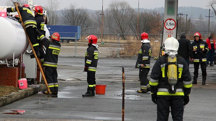 Rozszczelnienie zbiornika z gazem na stacji paliw w Dzierżoniowie. Akcja strażaków